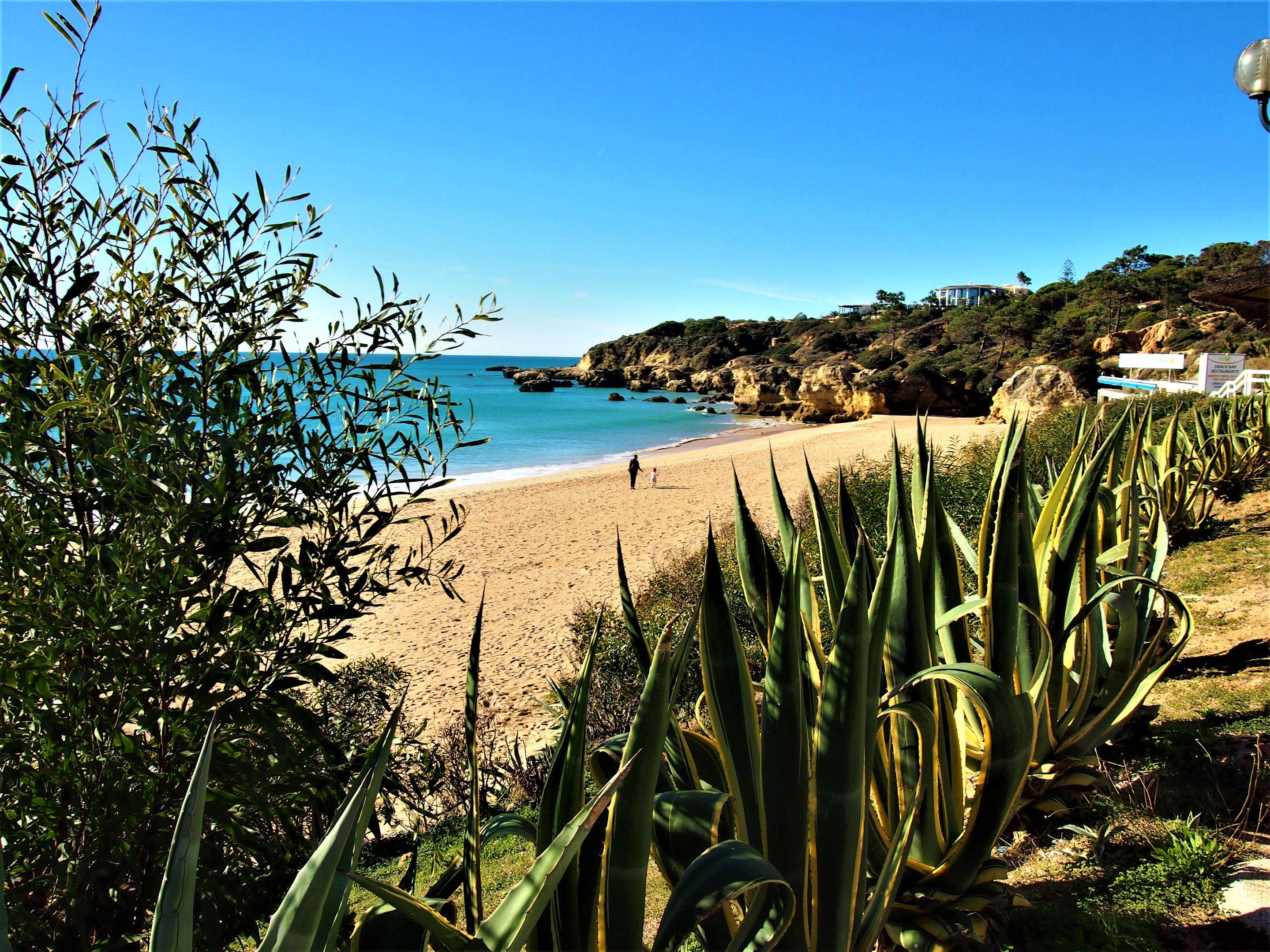 Пляж Praia do Oura, Албуфейра, всего в нескольких минутах ходьбы от района Стрип.