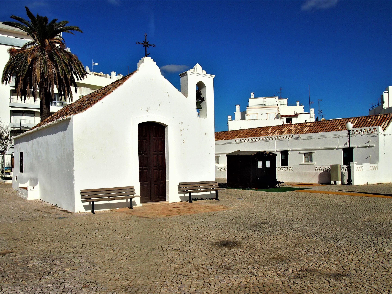 Uma pequena capela no topo da fortaleza em Armação de Pêra.