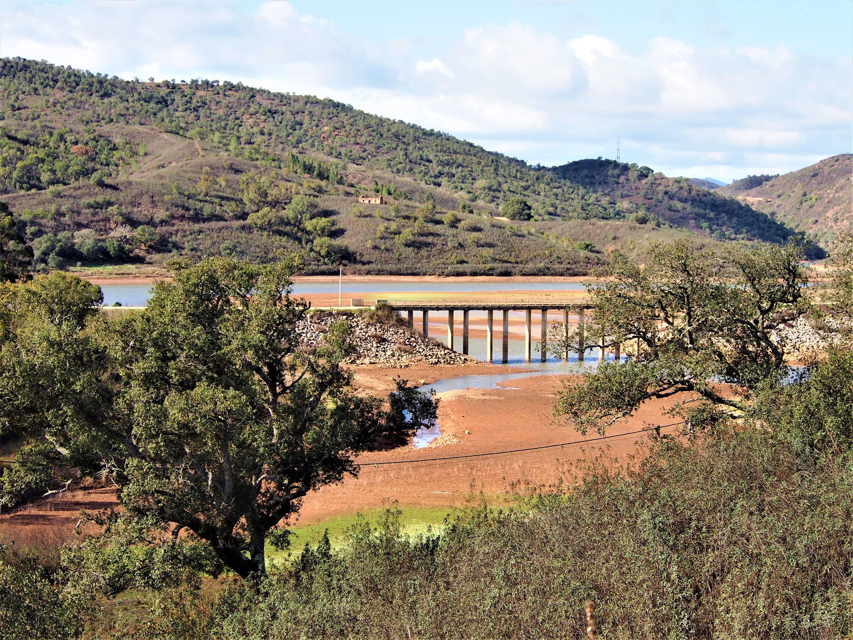 Puente sobre la presa de Funcho, entre Messines y São Marcos da Serra