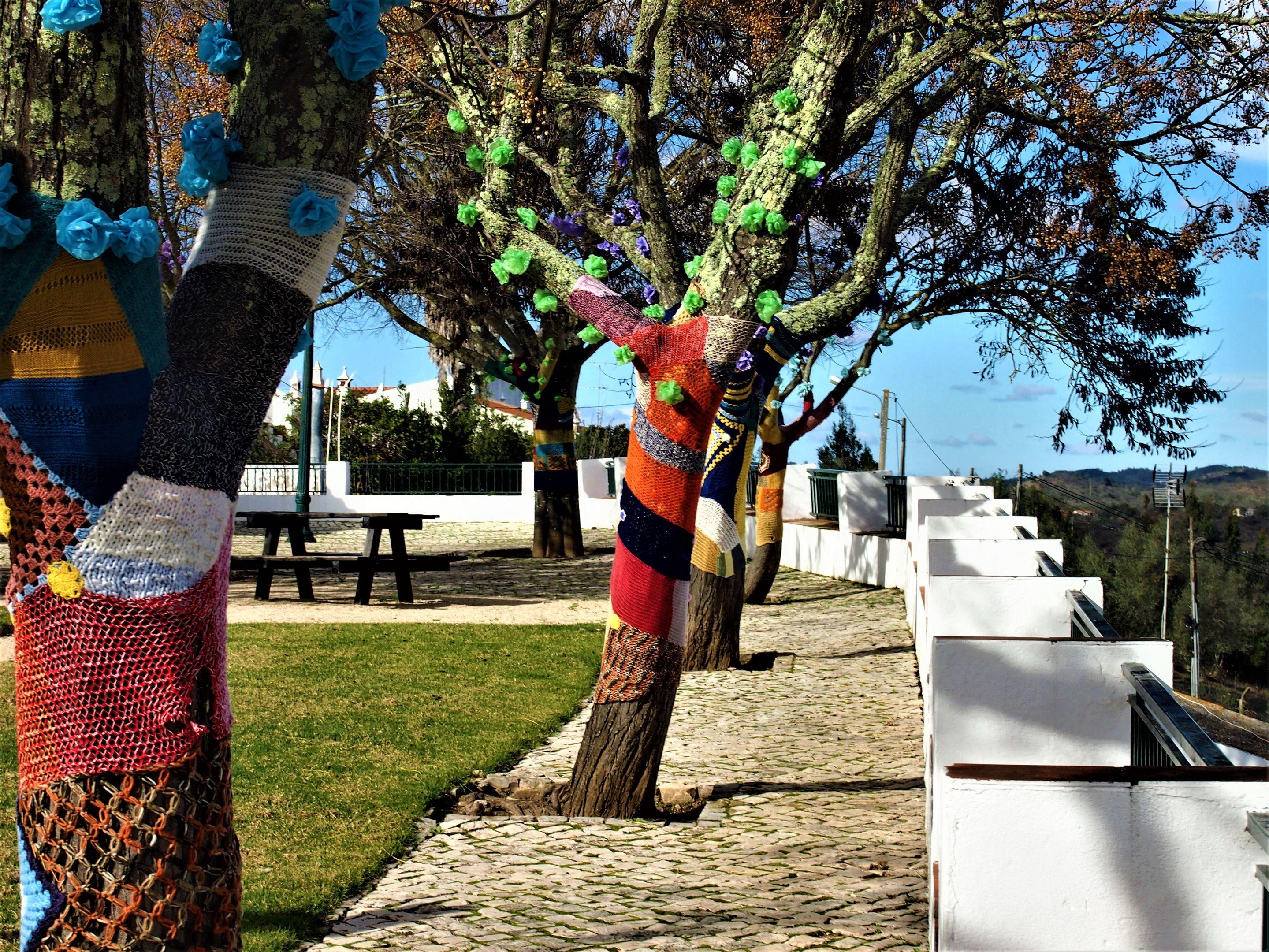 São Marcos da Serra. Árboles decorados en la plaza principal