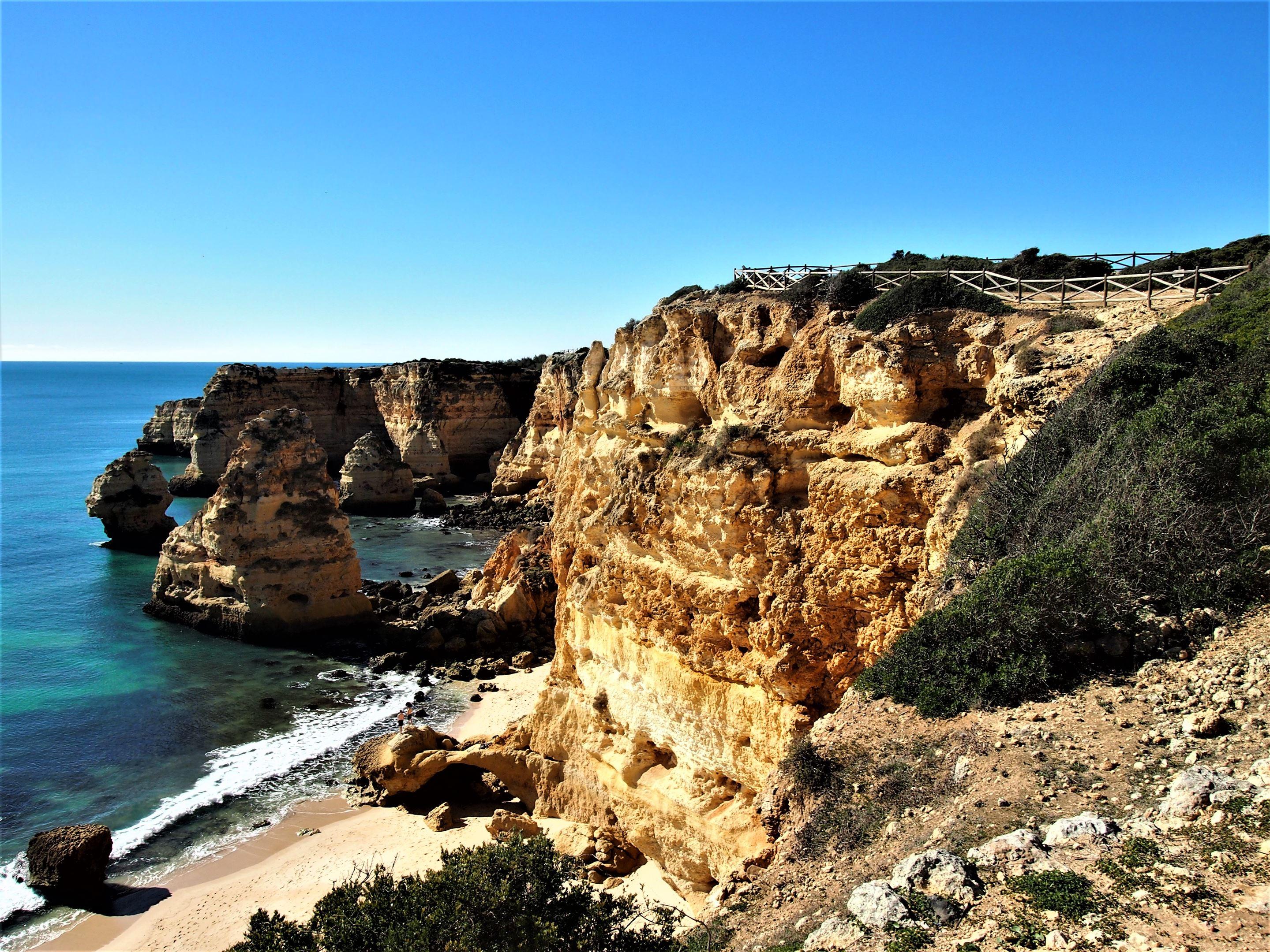 Praia da Marinha, вид на запад