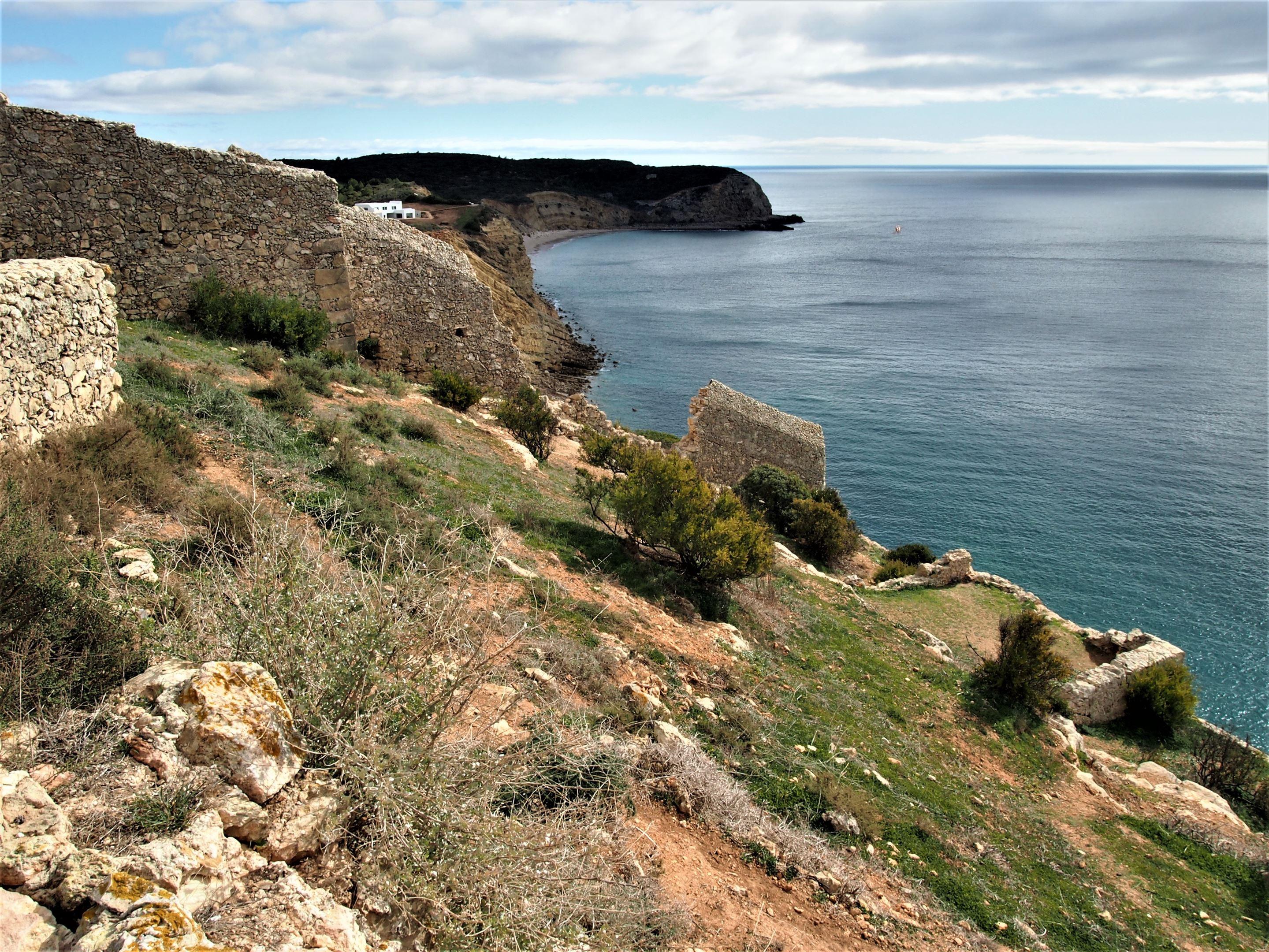 Vistas de la costa de Vila do Bispo desde el Fuerte de Almádena, Algarve