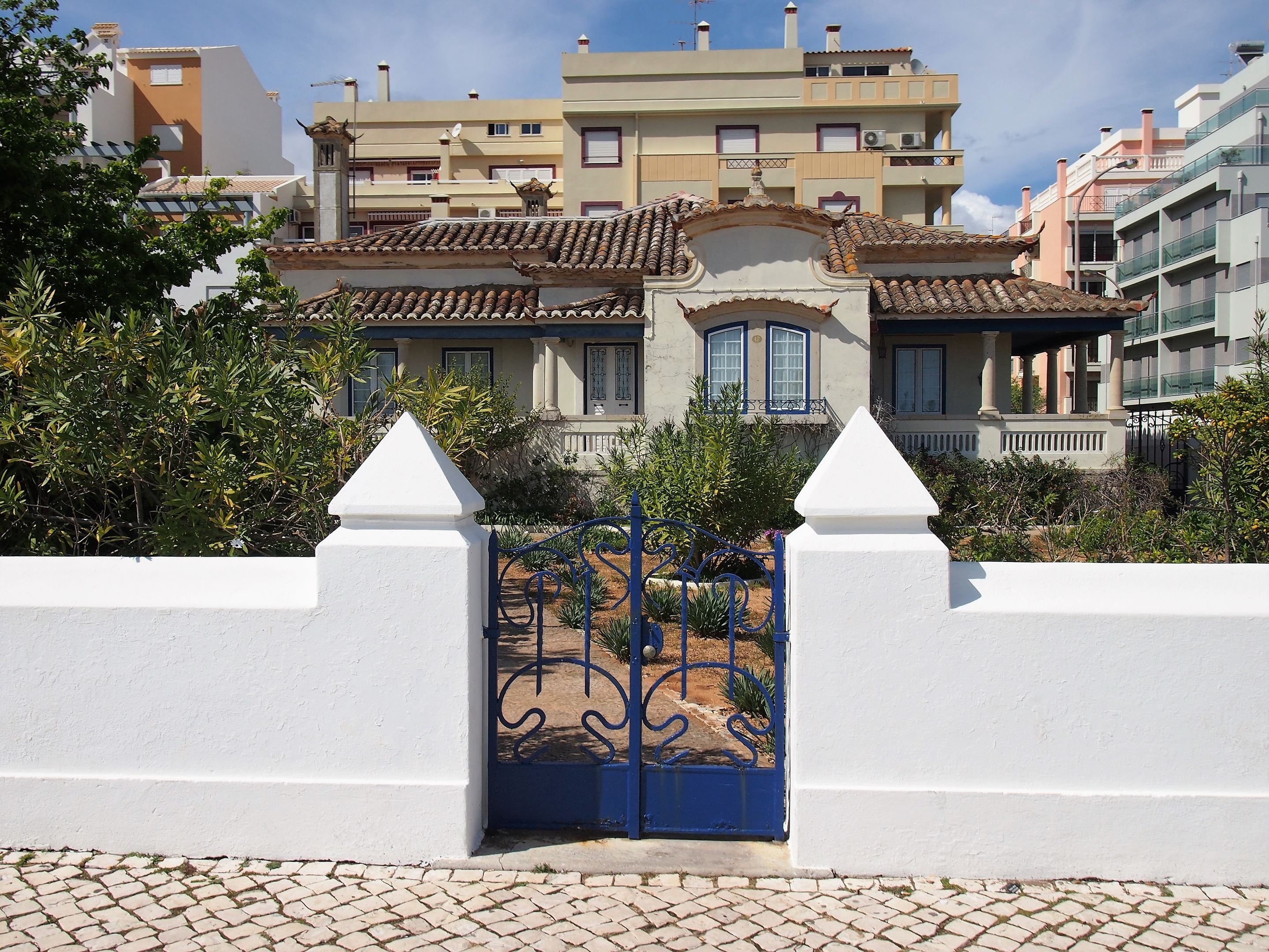 Typical villa in Monte Gordo, facing the sea