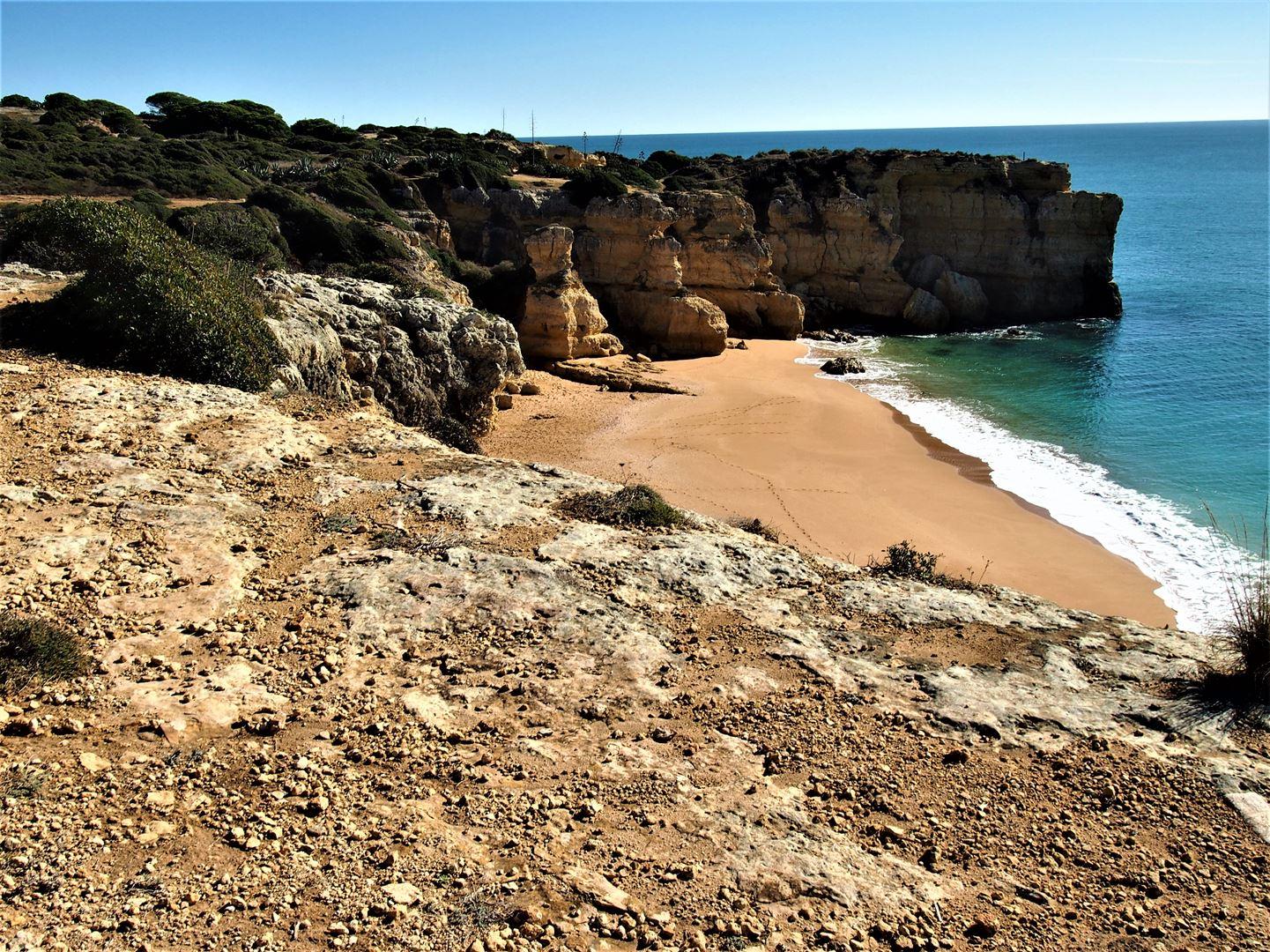 Пляж Praia da Coelha находится к западу от Албуфейры