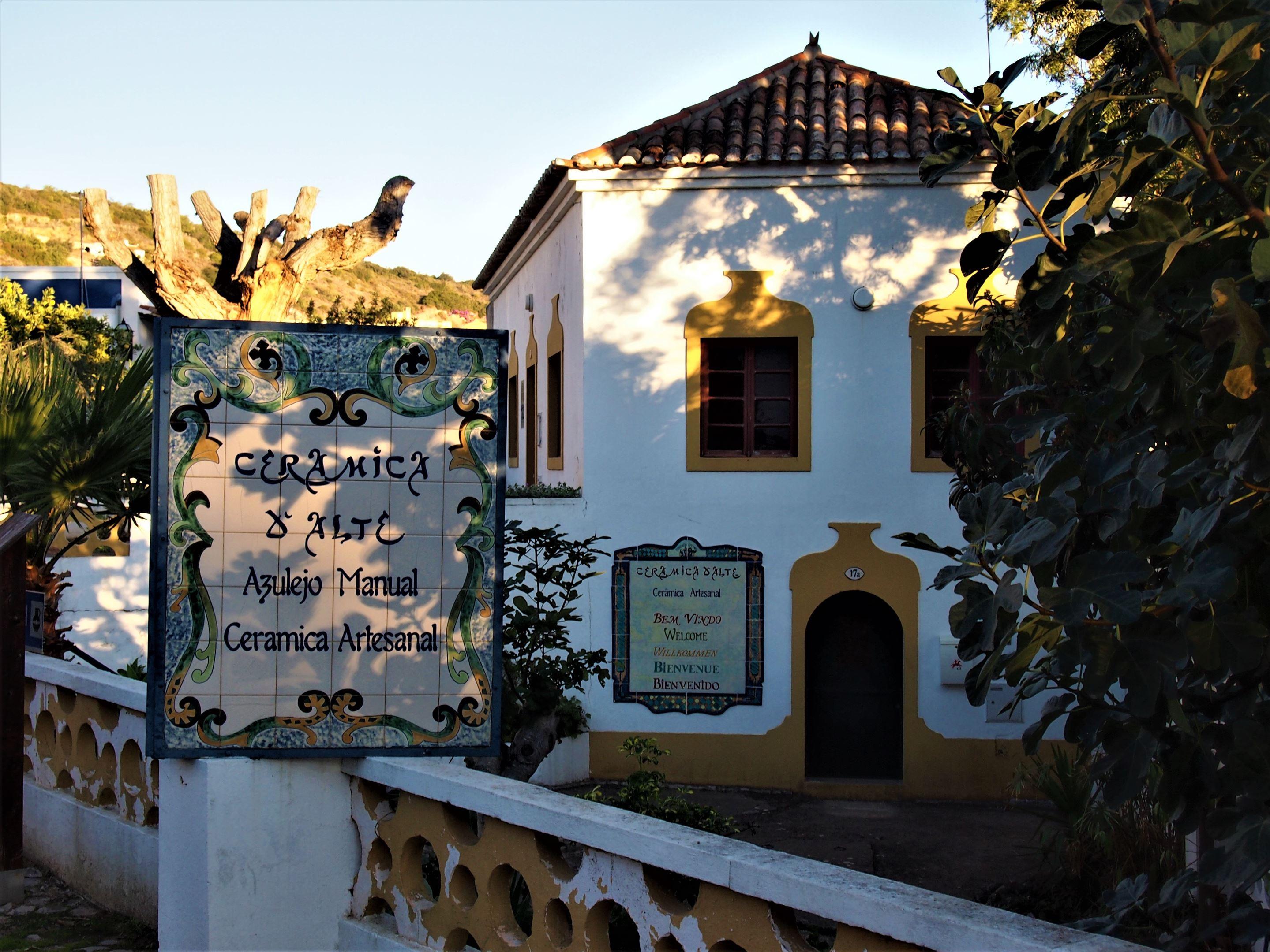 Azulejos de cerámica hechos a mano, una de las muchas tiendas de artesanías en Alte, Algarve