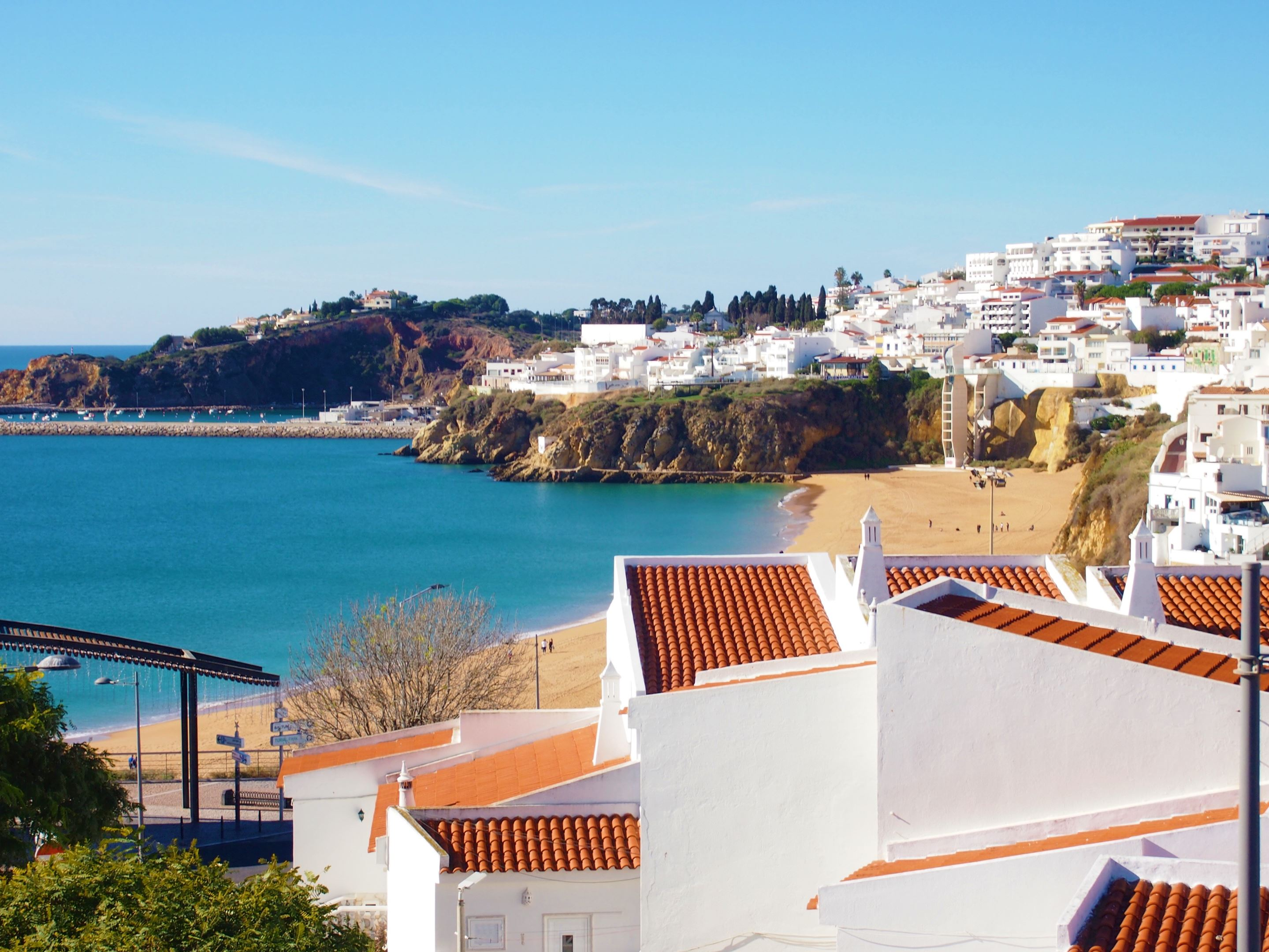Praia dos Pescadores beach and the whitewashed houses of the Old Town, Albufeira.