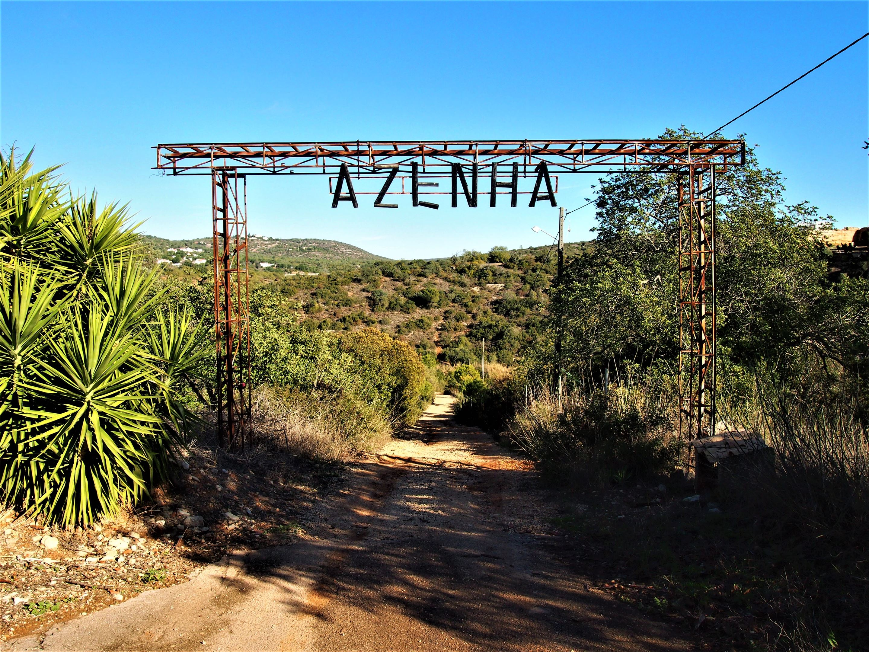 Azenha do Castelo, Paderne - If you are still in your car and you see this sign STOP! You will soon see why.