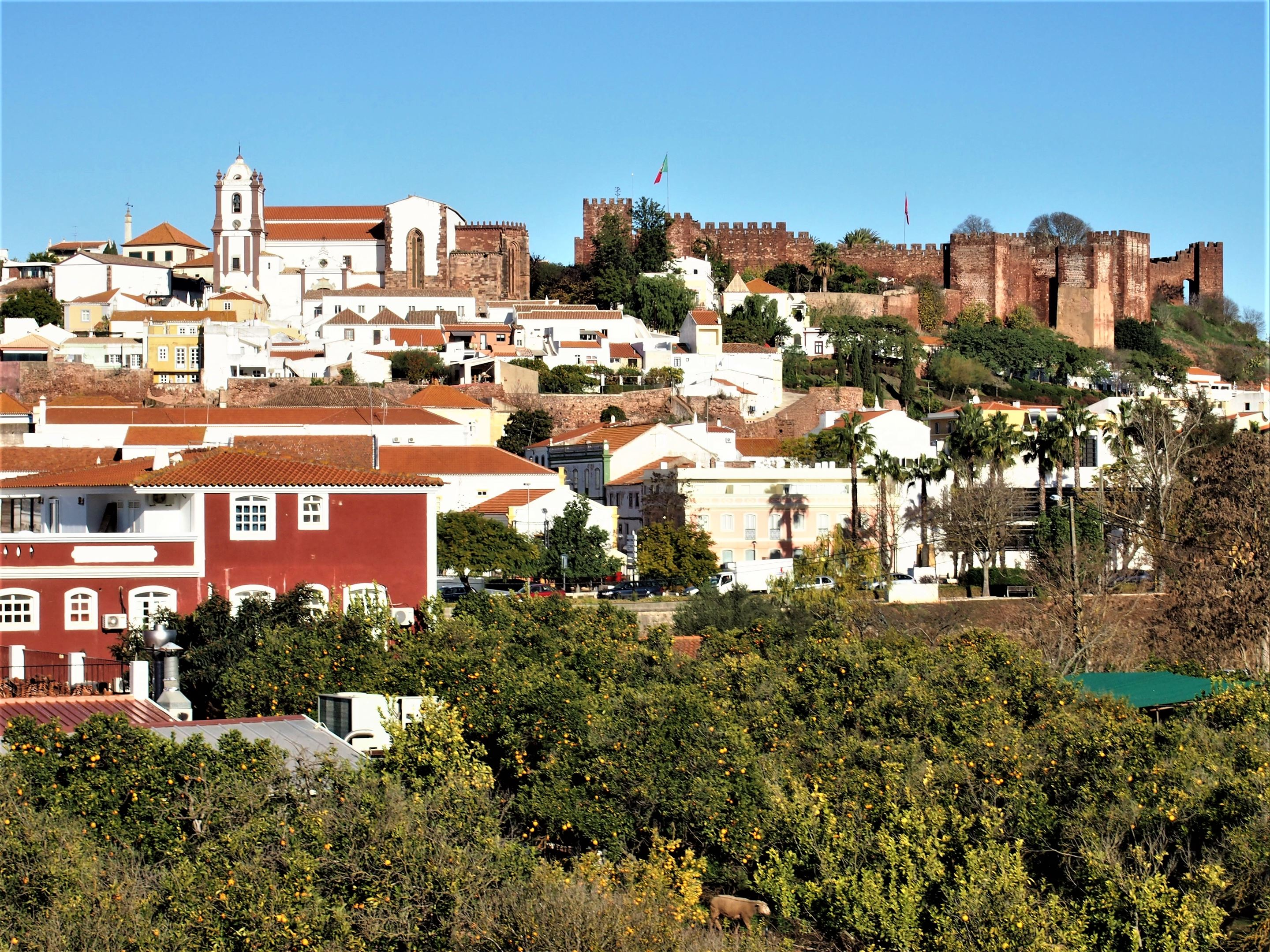 Silves Castle at the top of the hill on the right and Silves Cathedral on the left.