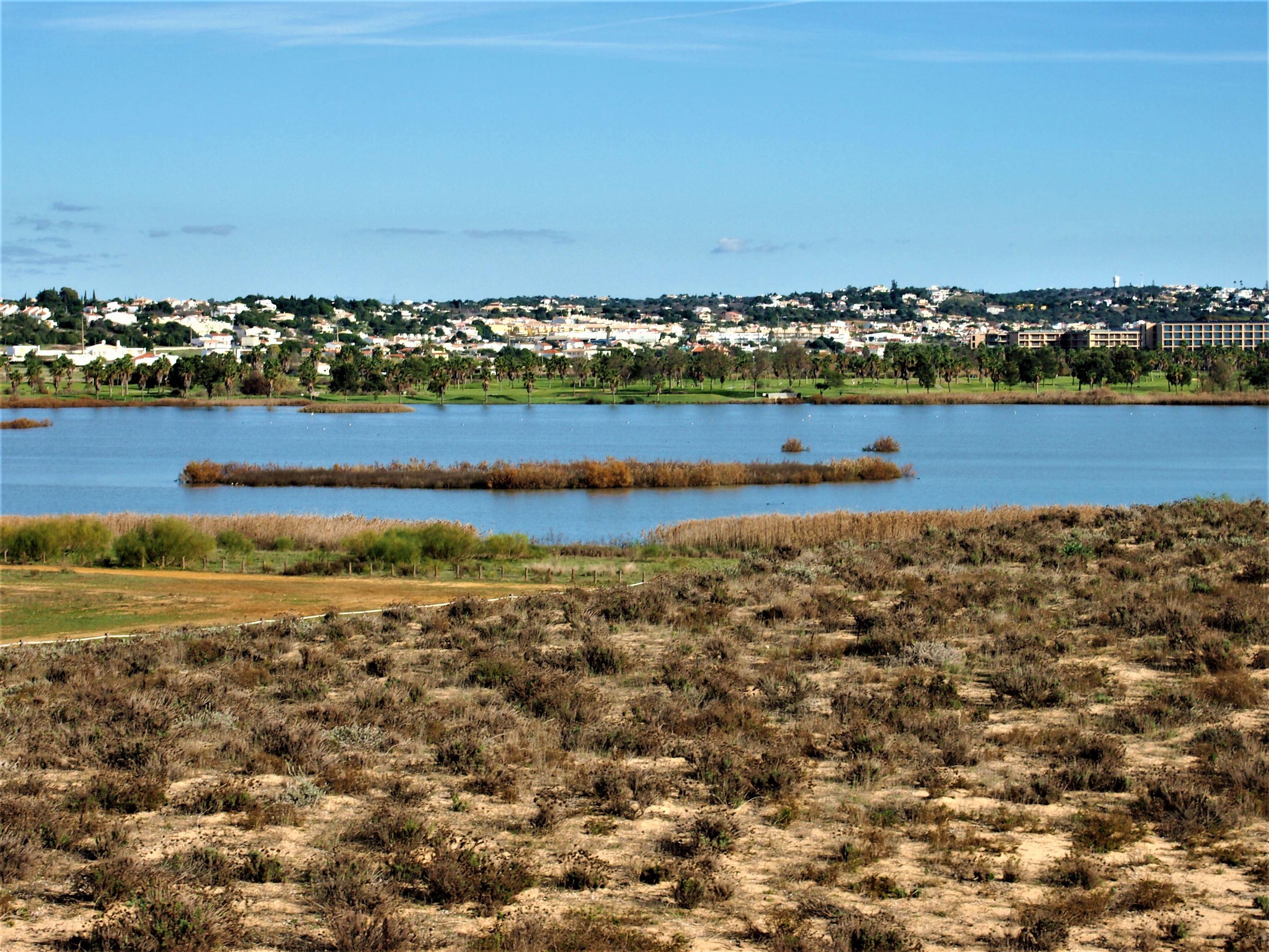 El Lago Salgados, adyacente a Praia Grande, con el Campo de Golf de Salgados en el fondo