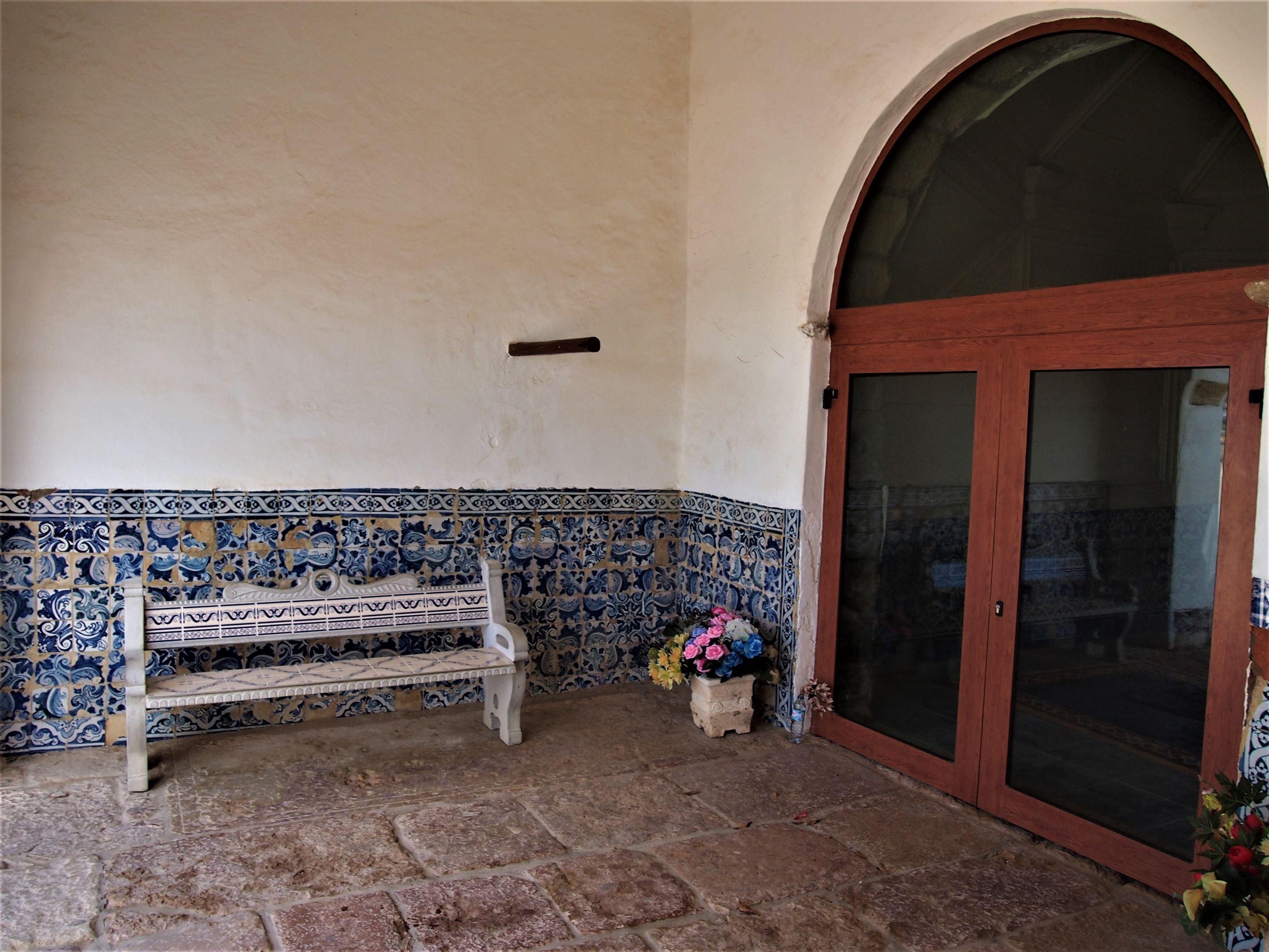 Entrada da Nossa Senhora da Rocha, Porches. No interior da Capela encontra-se o Altar.