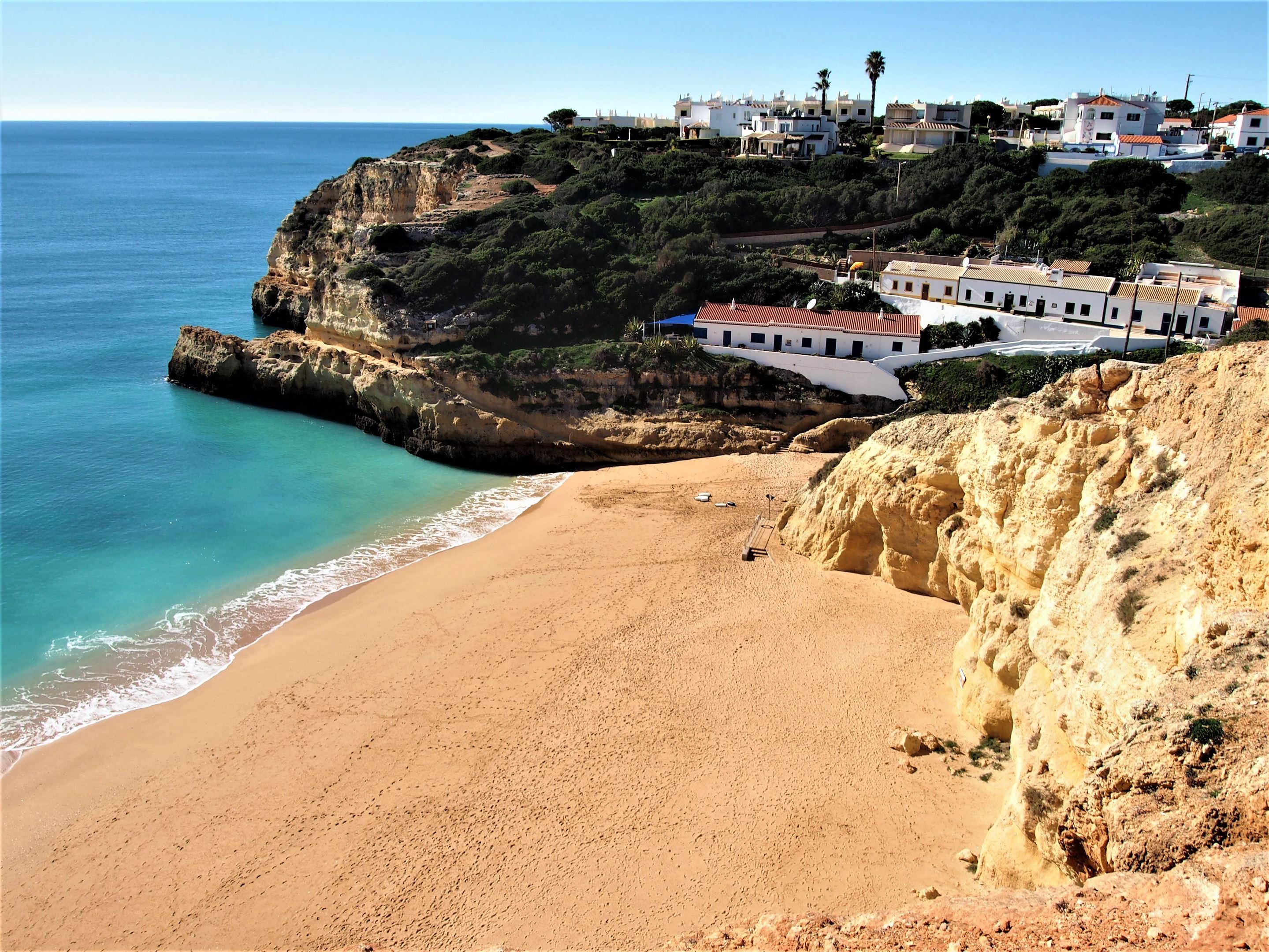 Praia do Benagil avec le village de Benagil en arrière-plan