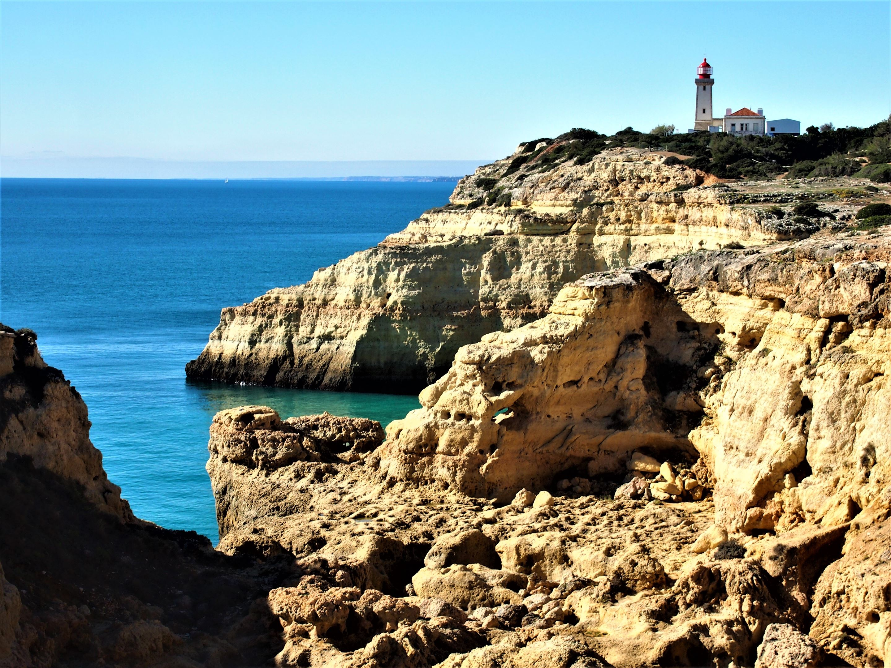 El Faro de Alfanzina, en los acantilados cercanos a Praia do Carvalho