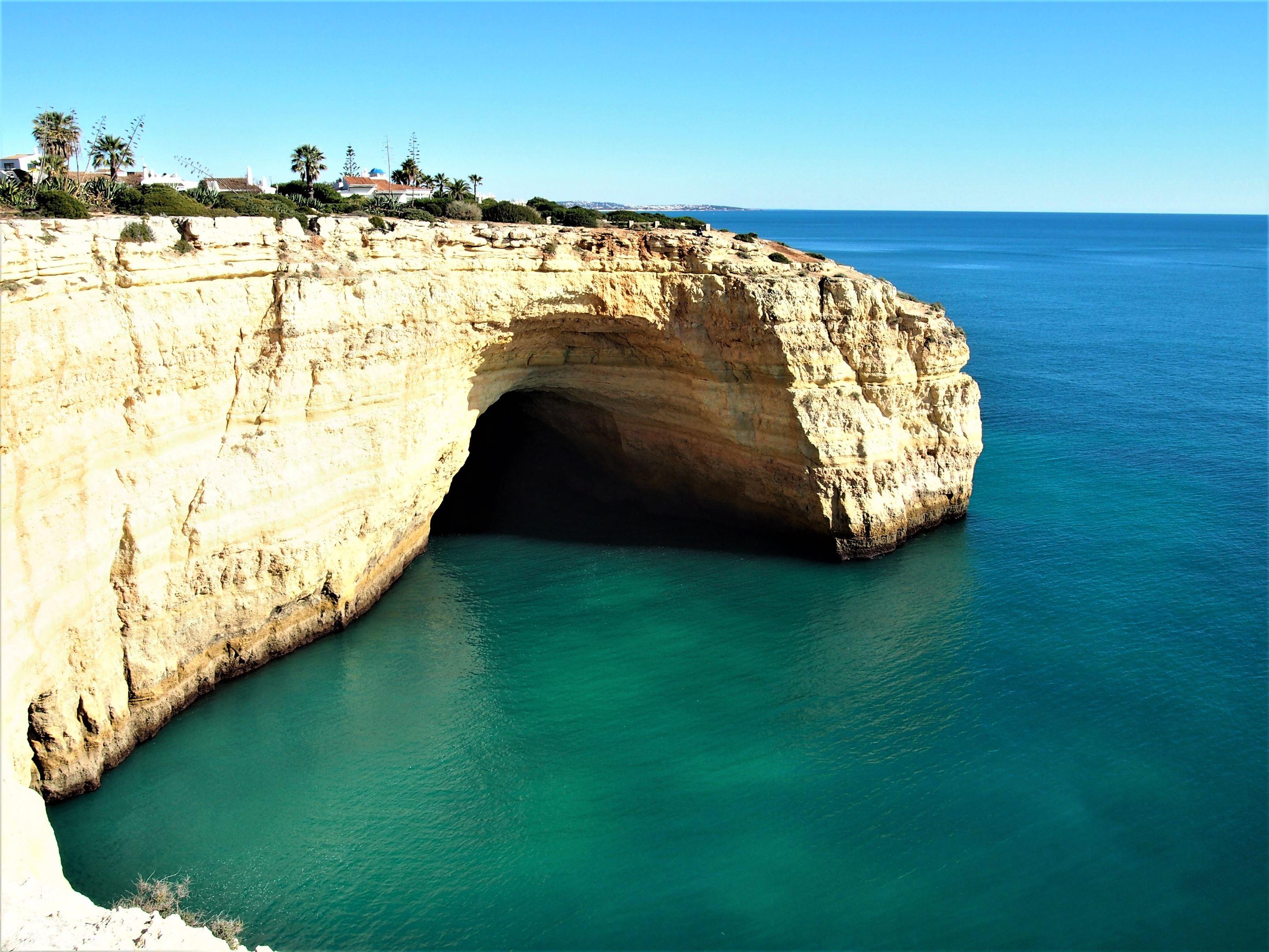 Una gran cueva en el Paseo de los Siete Valles Colgantes, cerca de Praia do Carvalho