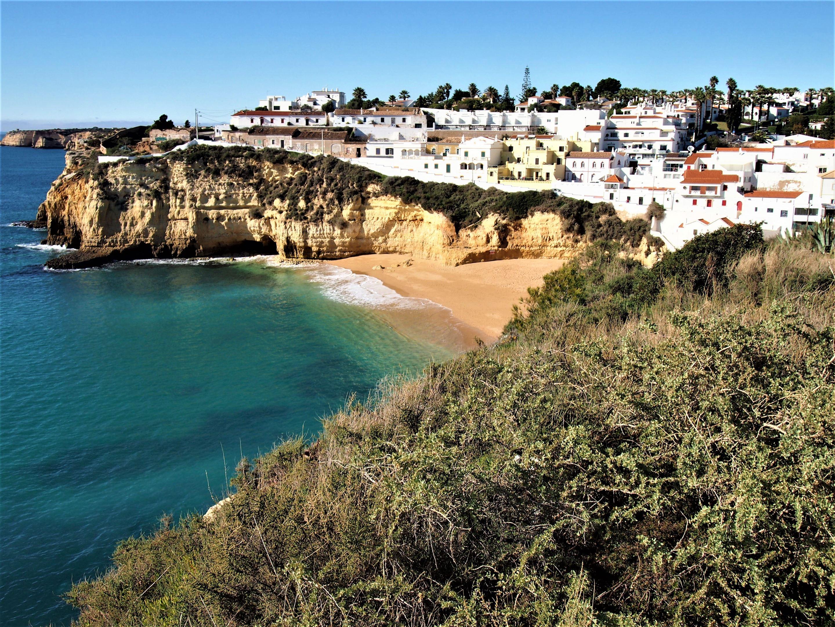 Praia do Carvoeiro, com a vila do Carvoeiro ao fundo