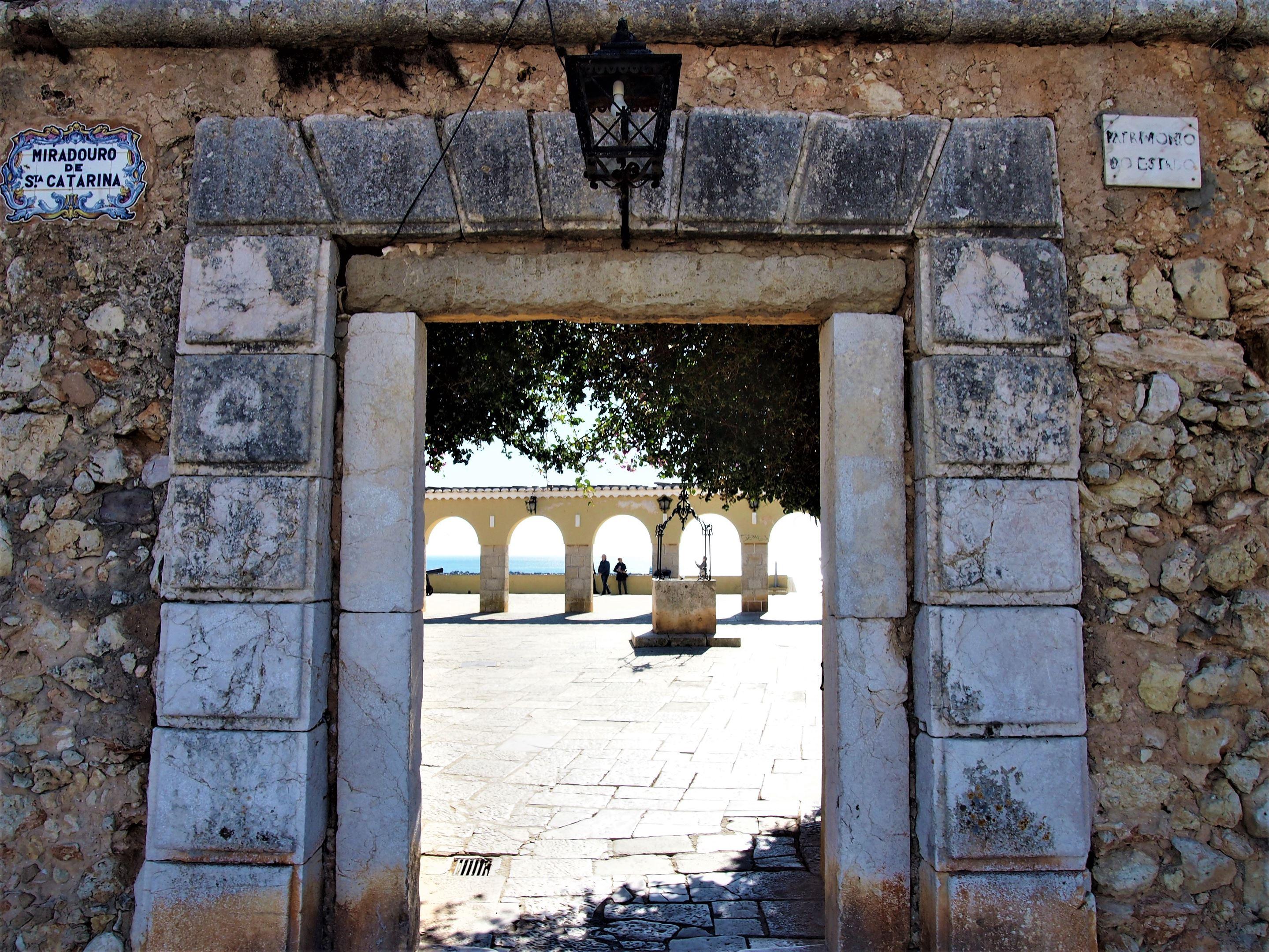 Вид на Атлантический океан из входных ворот в Мирадуро (или форт) Санта-Катарина, Портимао