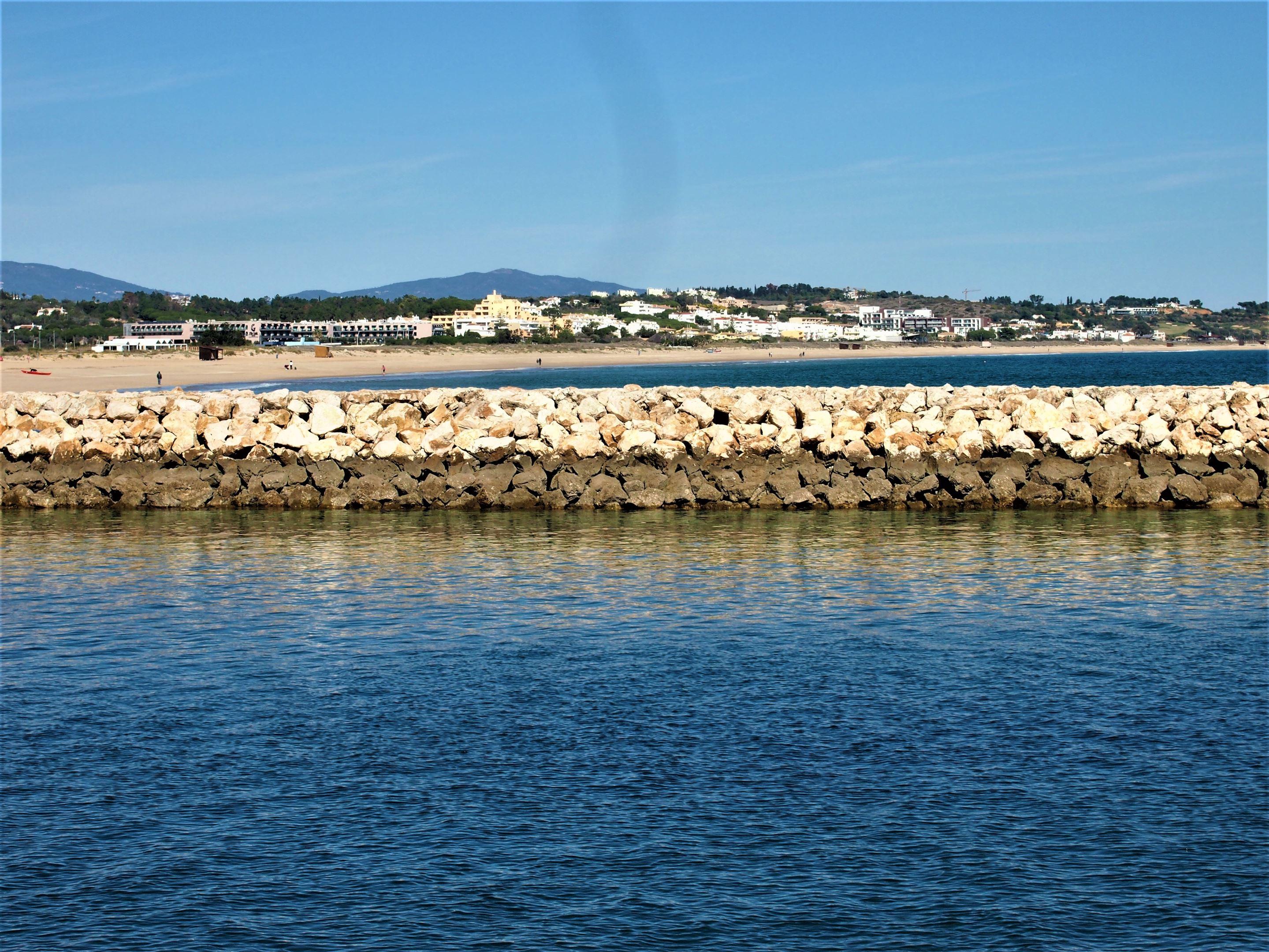 Meia Praia avec les bords de rive de Bensafrim au premier plan