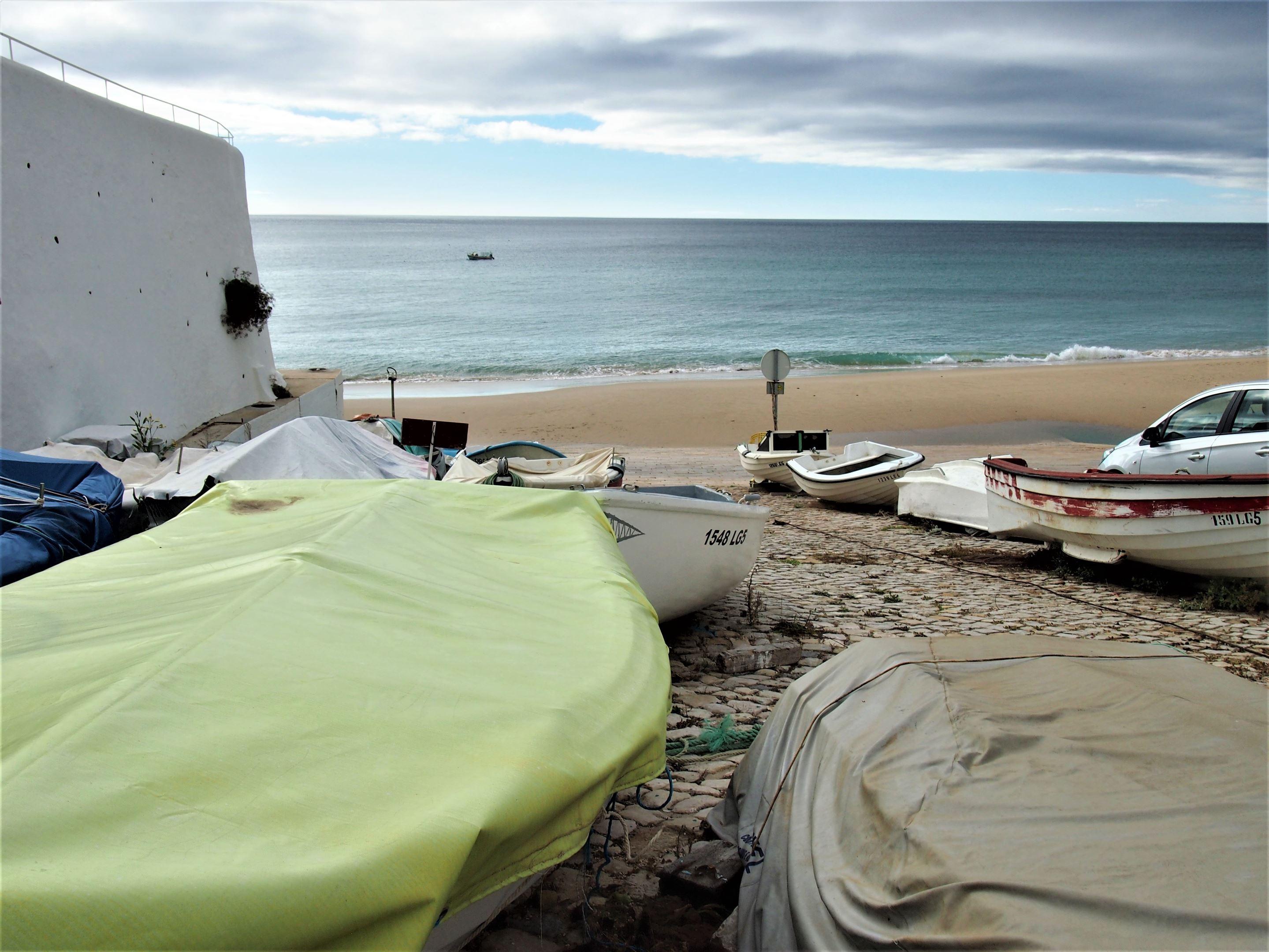 Pequenos barcos de pesca na Praia do Burgau, Algarve