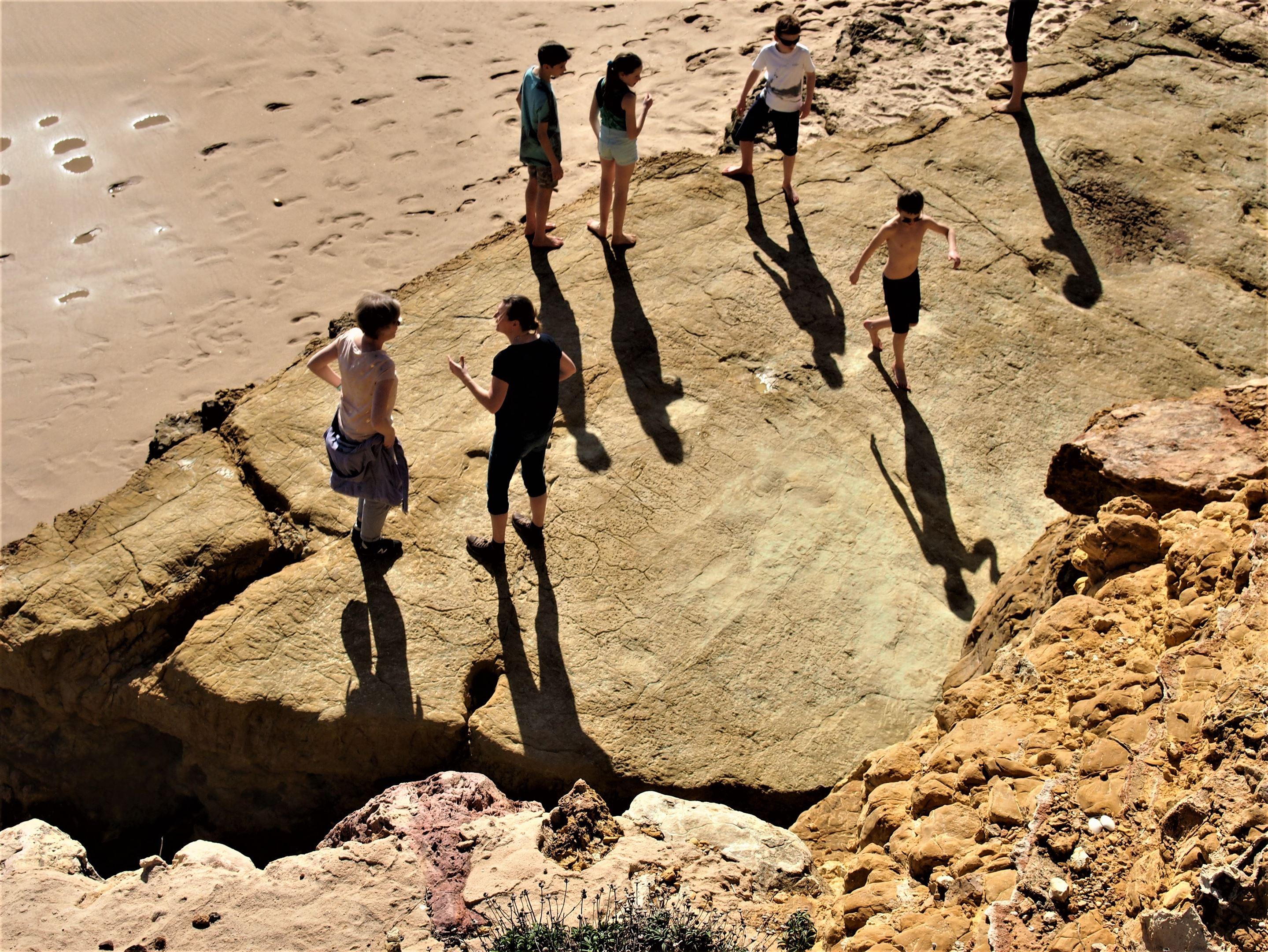 Procurei pelas pegadas de dinossauros. Perguntei a várias pessoas onde as poderia encontrar, mas ninguém acreditava! E de repente, encontrei-as! Agora já acreditam! Praia da Salema, Algarve