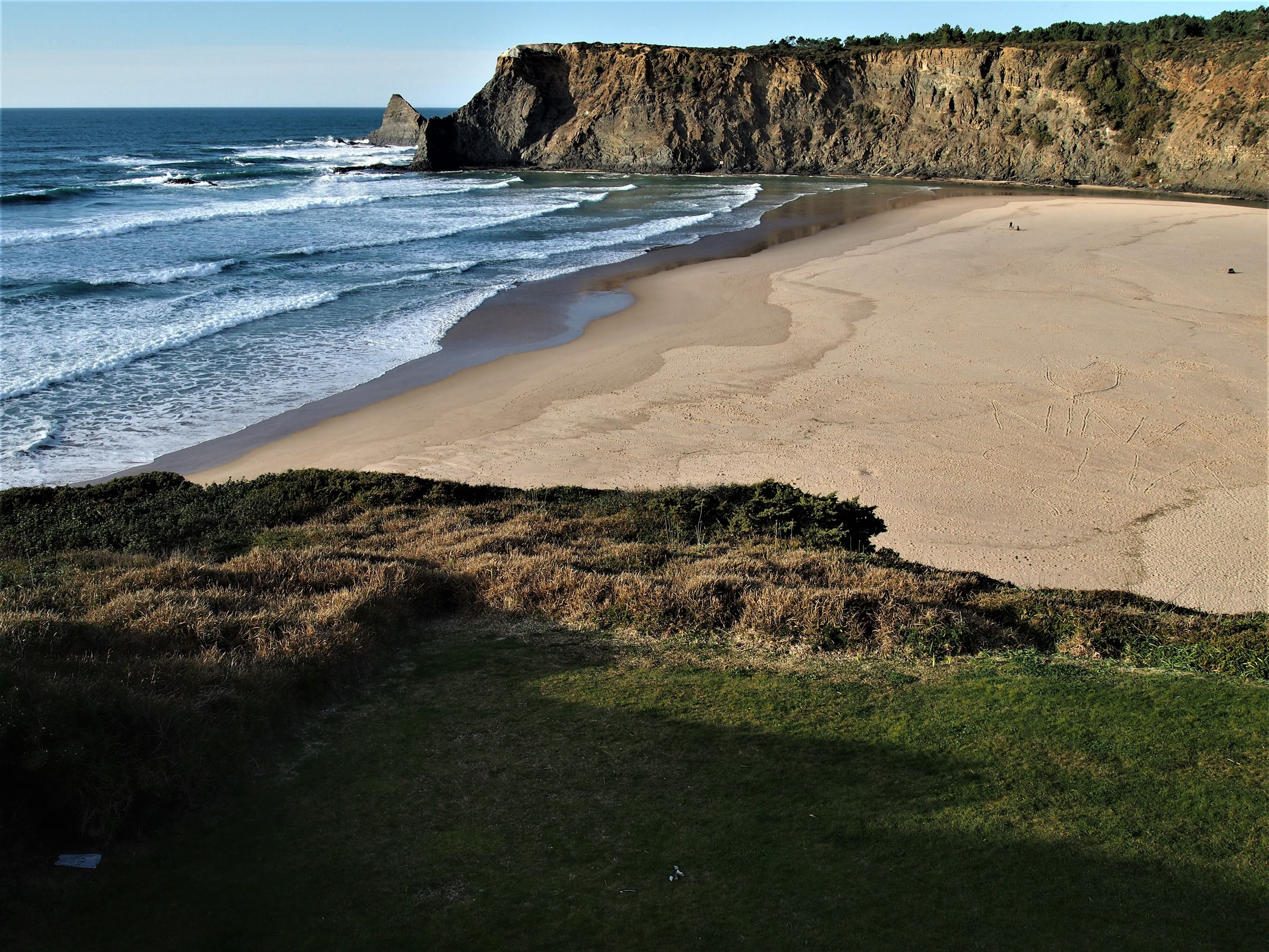 Praia de Odeceixe, com a Ribeira de Odeceixe ao fundo em direção ao Oceano Atlântico.