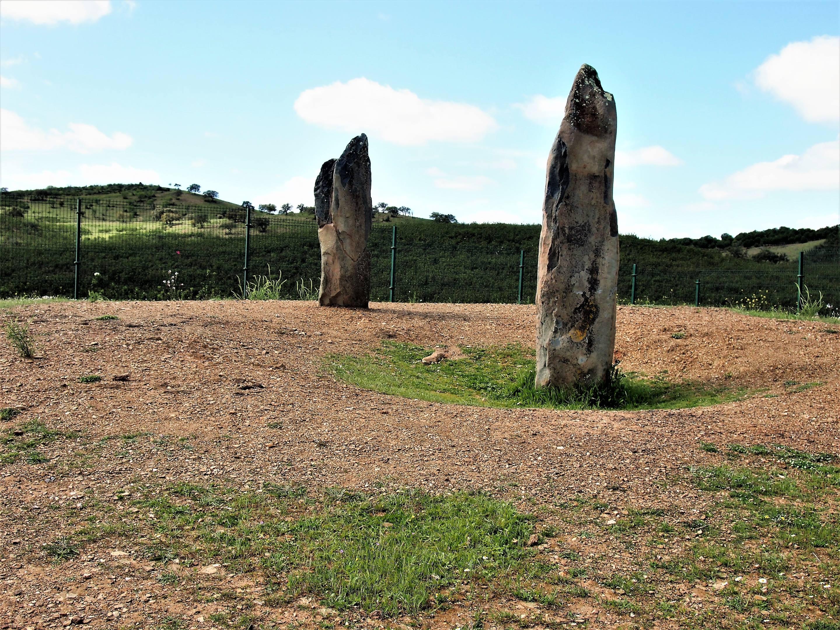 Los menhires de Lavajo. A corta distancia de Alcoutim, pero sólo accesibles siguiendo una pista de grava de 3 km. Fechados entre el 2800 a.C. y el 3500 a.C.