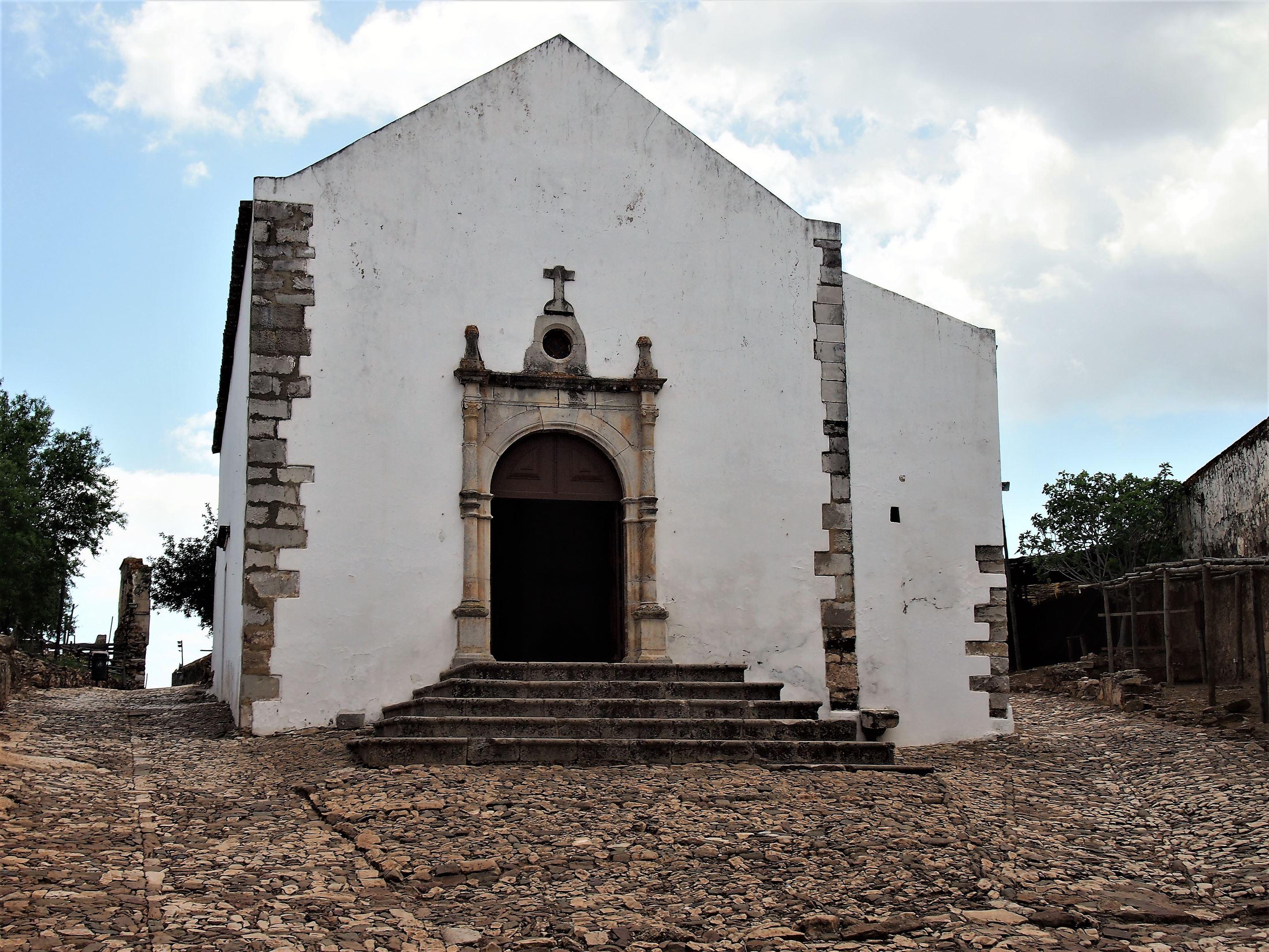 Igreja de Santiago - Construída no século XIV, está situada dentro do Castelo de Castro Marim.