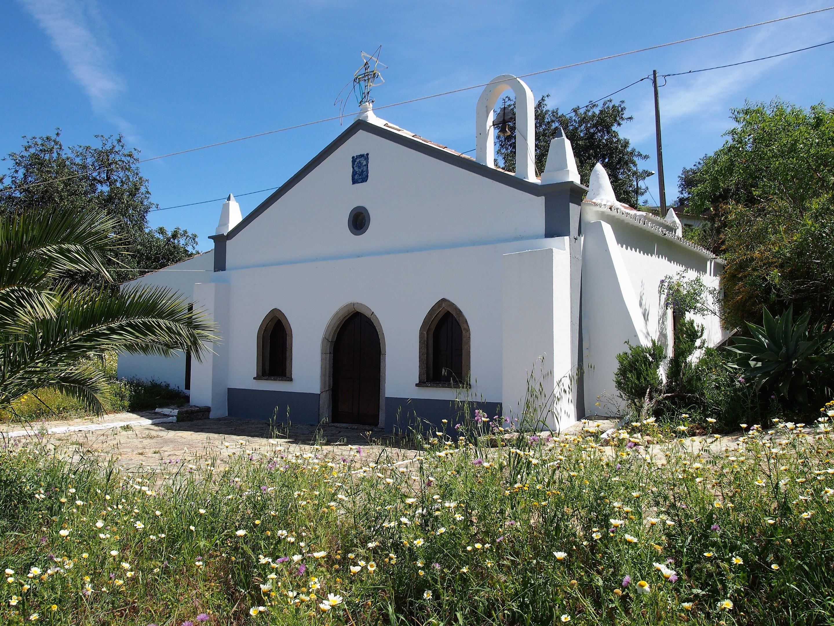 Casi en la cima del Cerro de São Miguel, se encuentra un pequeño pueblo con esta iglesia, la Igreja de San Miguel, cerca de Olhão.