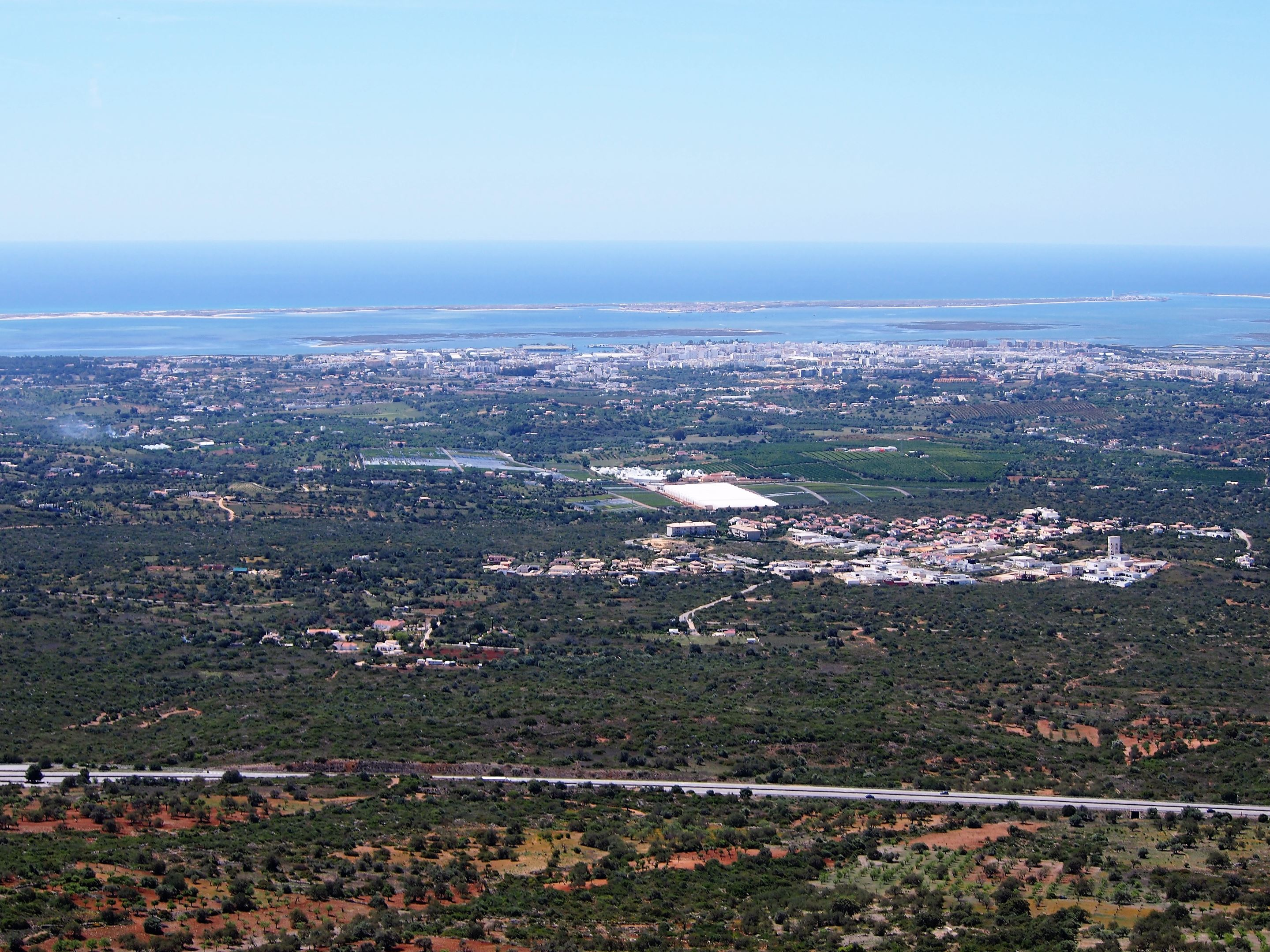 Vistas de Olhão y las islas de Armona y Culatra, desde la cima del Cerro de São Miguel