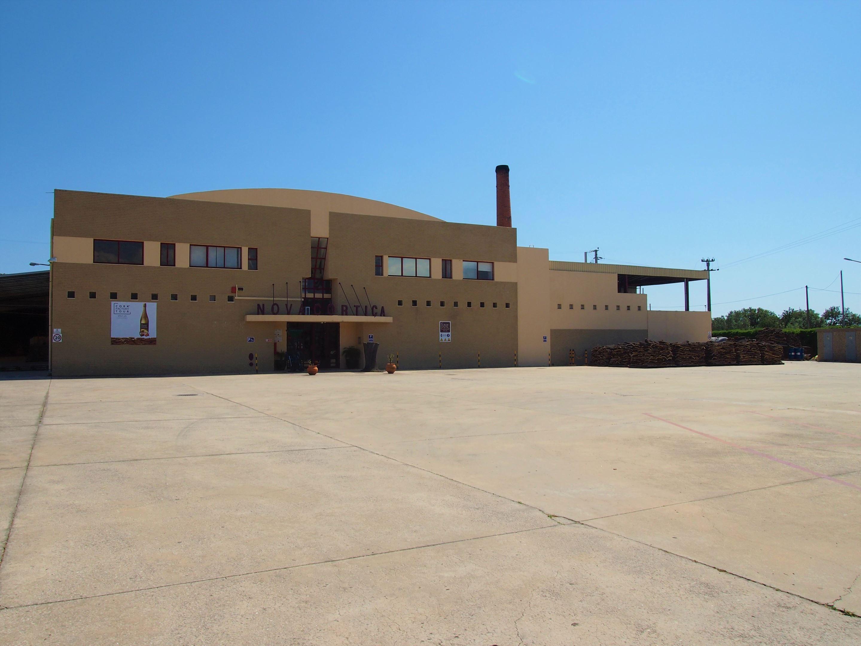 La fábrica de Novacortiça en São Brás de Alportel. Reserva una visita y podrás conocer la historia y usos del corcho.