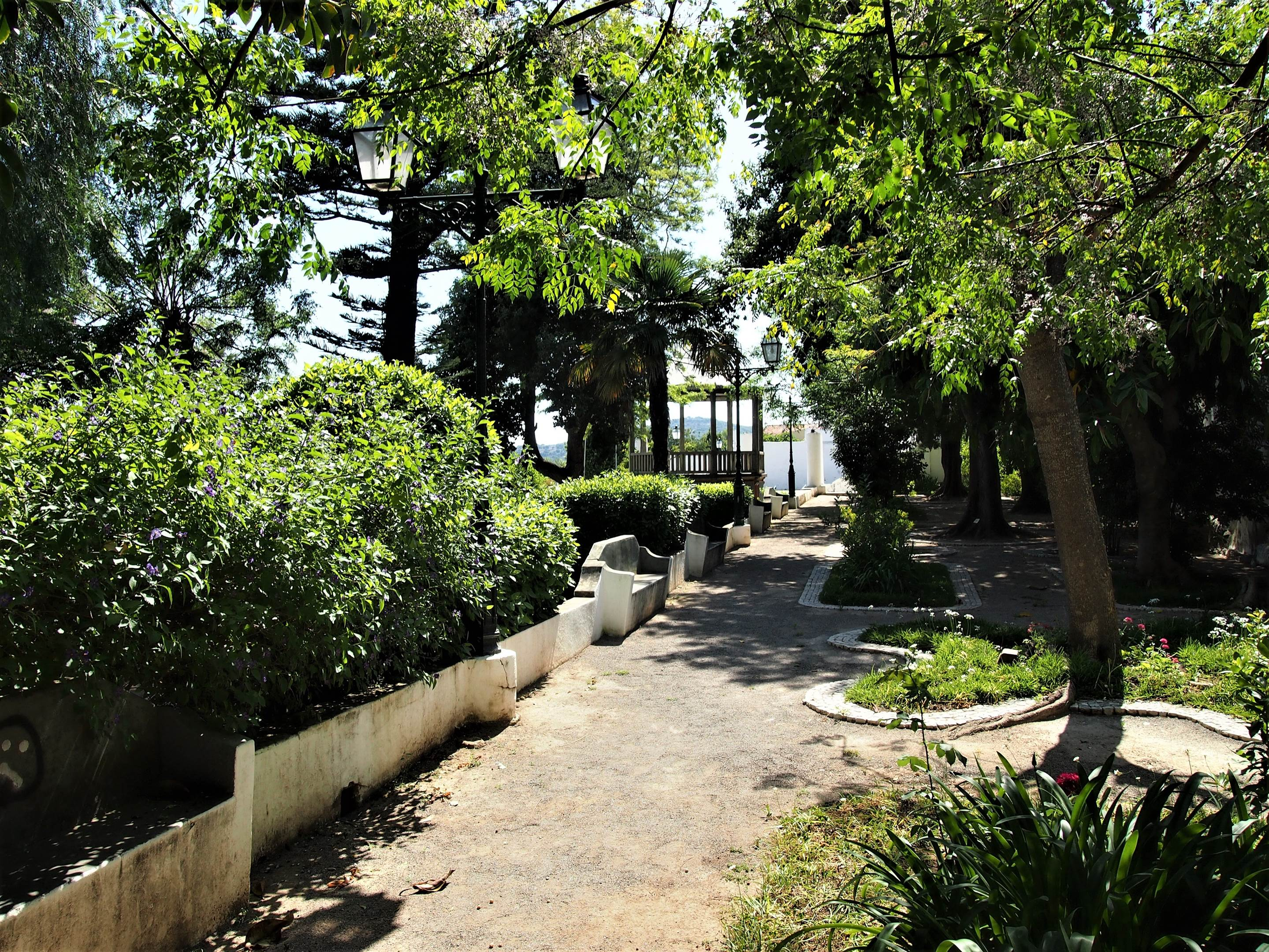 El Jardim da Verbena en São Brás de Alportel, perteneciente al antiguo Palacio Episcopal, con un quiosco de música al fondo.