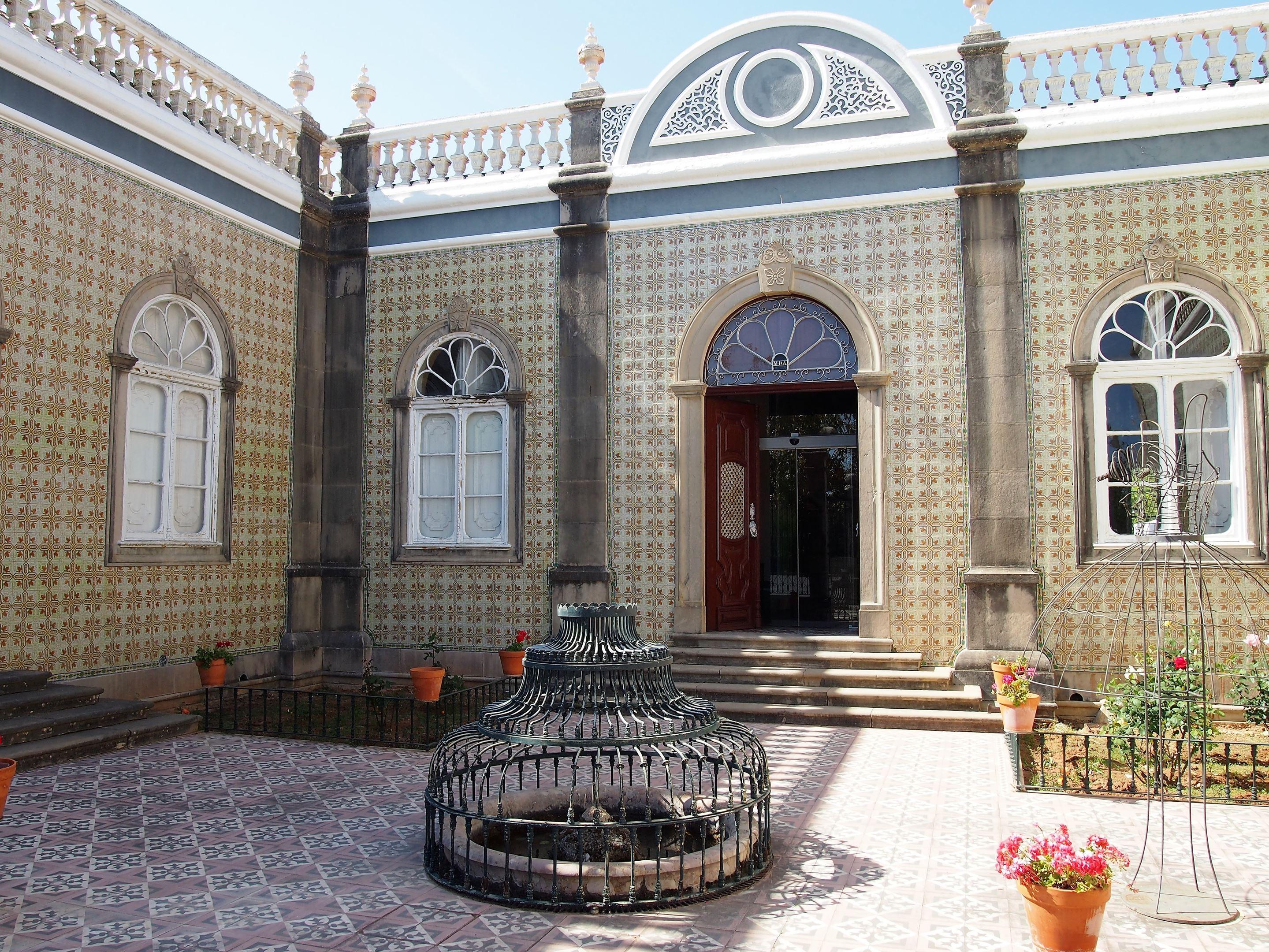 La entrada al patio del Museo del Traje del Algarve, en São Brás de Alportel