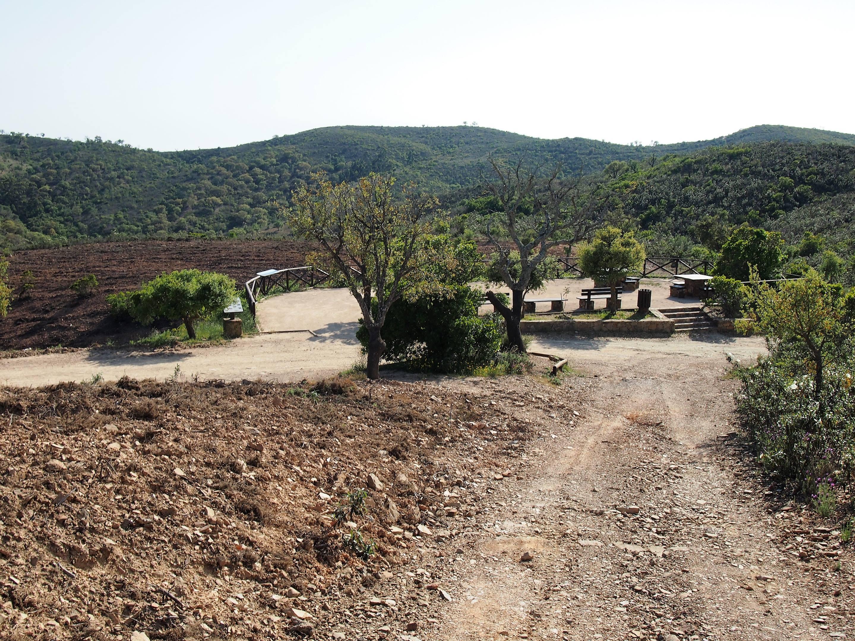 Disfruta del paisaje en este fantástico mirador, Miradouro do Alto da Ameixeira, en las colinas de Serra do Caldeirão cerca de São Brás de Alportel.
