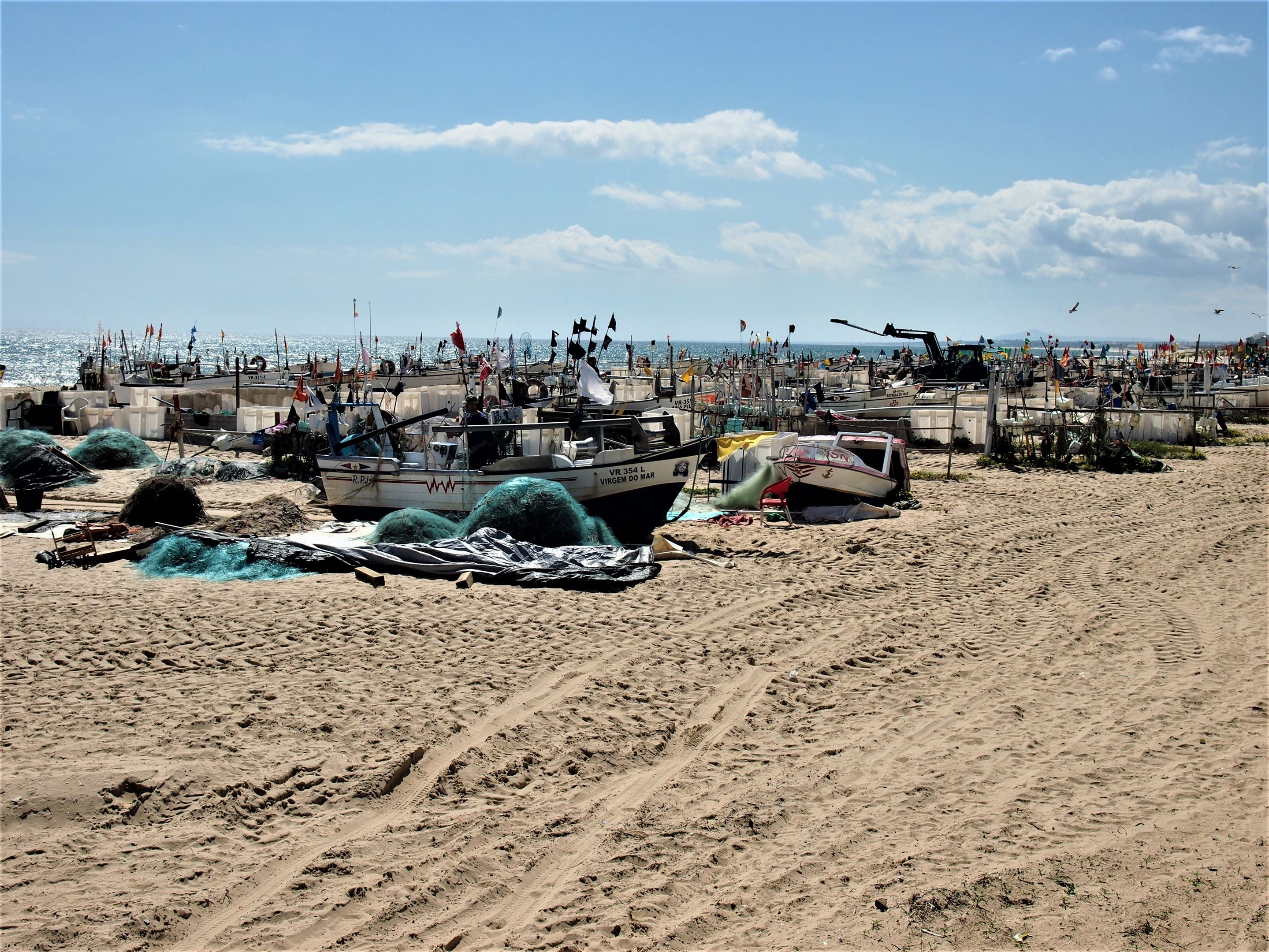 Barcos de pesca en la Praia de Monte Gordo, en el Algarve oriental