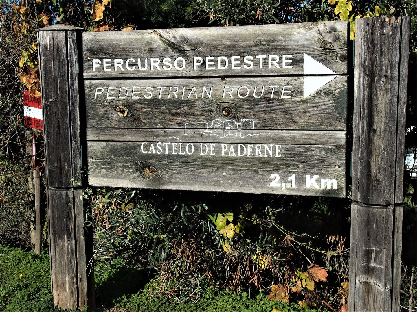 One of two walks that may take you to the Castle of Paderne. Be prepared to be disappointed though as the gates are normally closed.